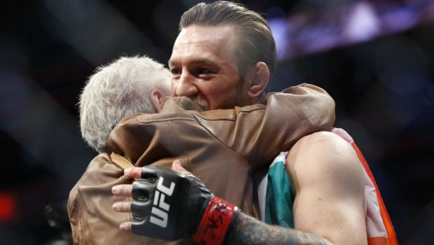 Conor McGregor: Η απίστευτη αγκαλιά με την τρομερή γιαγιά του Donald Cerrone - Fightsports